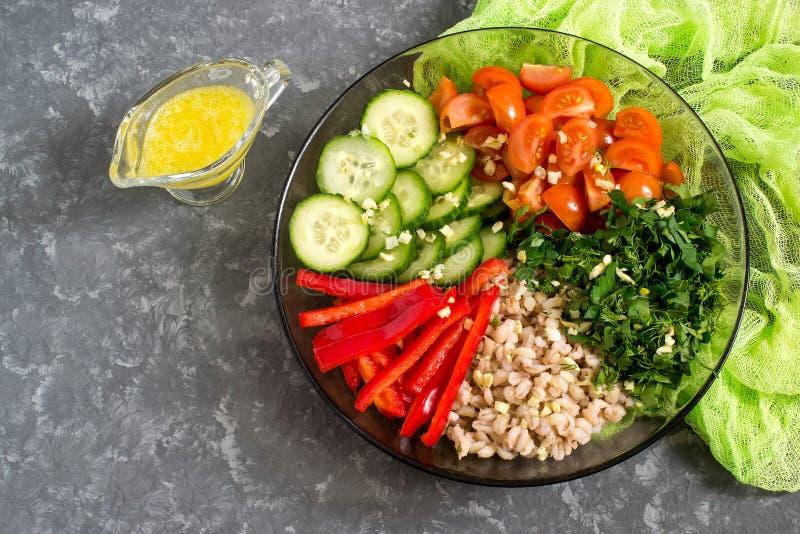 Vegetarisk lunchbunke med pärlemorfärg korn och grönsaker arkivbilder