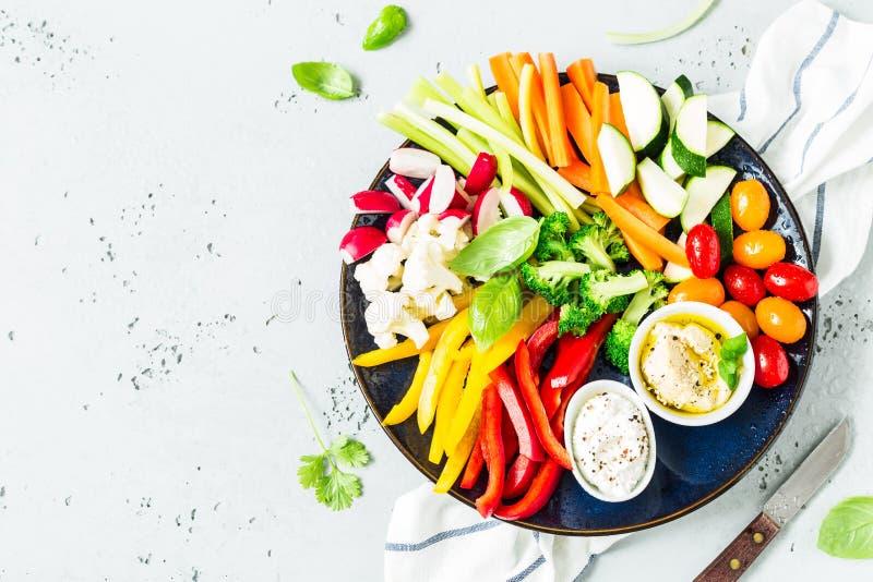 Vegetarisk mellanmålplatta - färgrika grönsaker och dopp royaltyfri foto