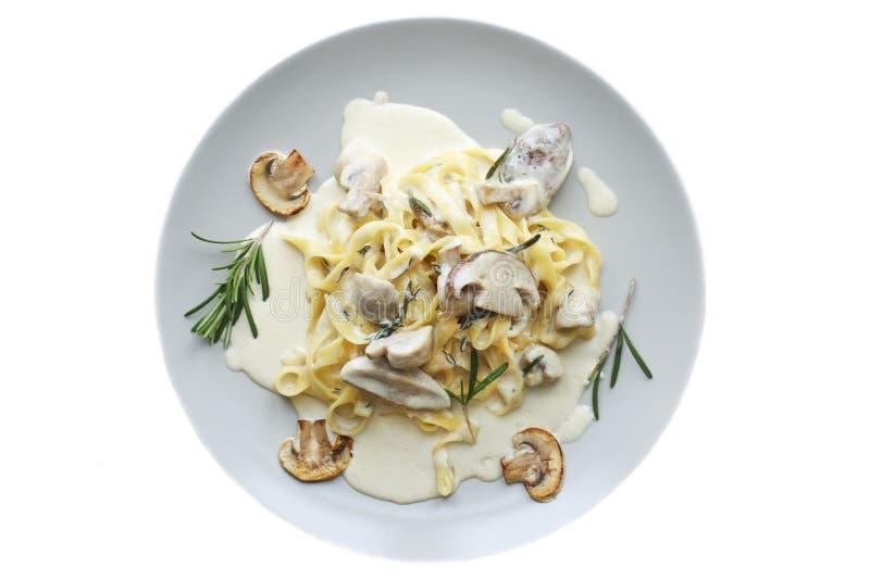 Vegetarisk pastamaträtt för tagliatelle med champinjoner royaltyfria foton