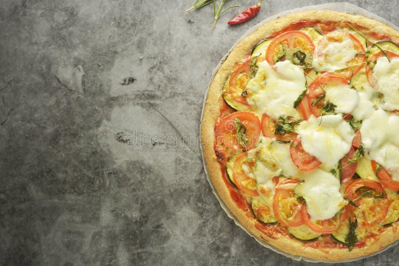 Vegetarisk pizza gjorde med wholegrain deg, med zuchinni, tomater och mozarellaost Sund dietical pizza Top besk?dar arkivbild