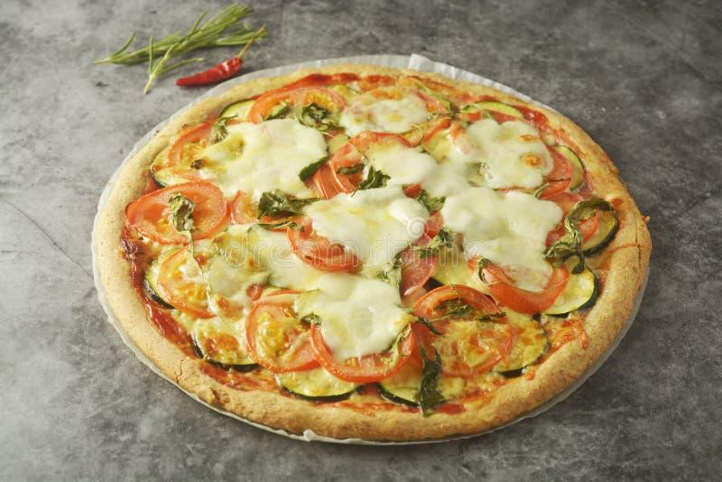 Vegetarisk pizza gjorde med wholegrain deg, med zuchinni, tomater och mozarellaost Sund dietical pizza Top besk?dar arkivfoto