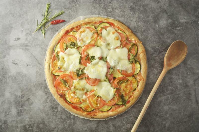 Vegetarisk pizza gjorde med wholegrain deg, med zuchinni, tomater och mozarellaost Sund dietical pizza Top besk?dar royaltyfria foton
