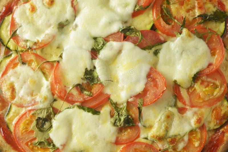 Vegetarisk pizza gjorde med wholegrain deg, med zuchinni, tomater och mozarellaost Sund dietical pizza Top besk?dar fotografering för bildbyråer
