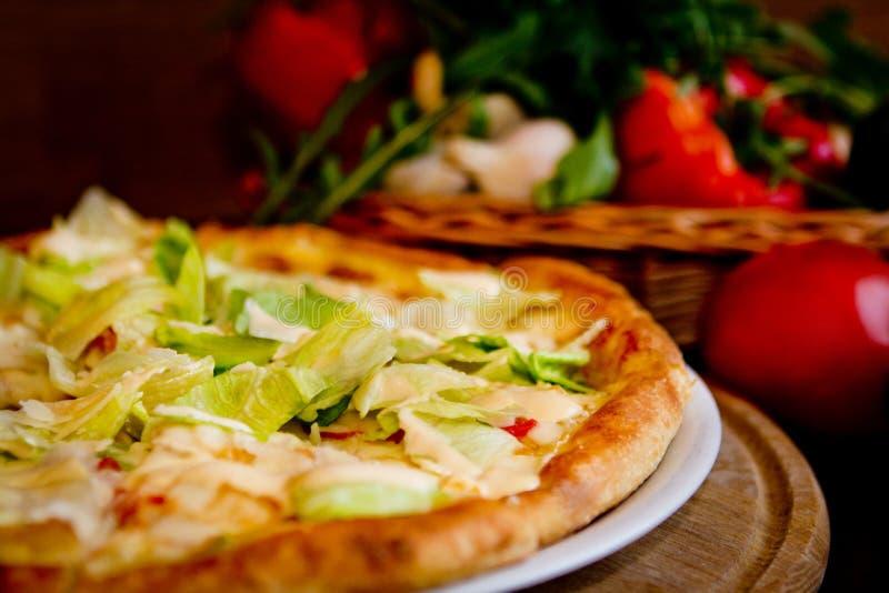 Vegetarisk pizza i caffe arkivbild