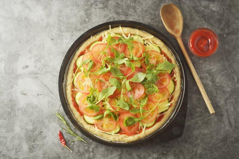 Vegetarisk Pizza Laga mat process av hemlagad pizza för grönsak med nya ingredienser som isoleras på mörk bakgrund kopiera avst?n arkivbilder