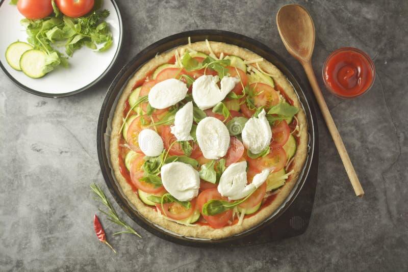 Vegetarisk Pizza Laga mat process av hemlagad pizza för grönsak med nya ingredienser som isoleras på mörk bakgrund kopiera avst?n arkivfoto