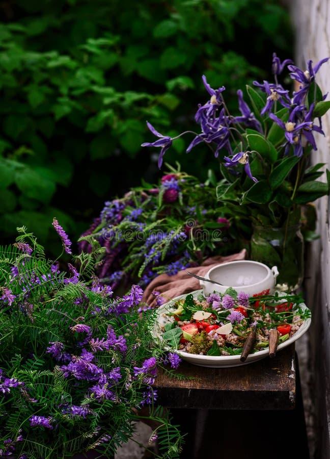 Vegetarisk sallad av gr?n bovete royaltyfri fotografi