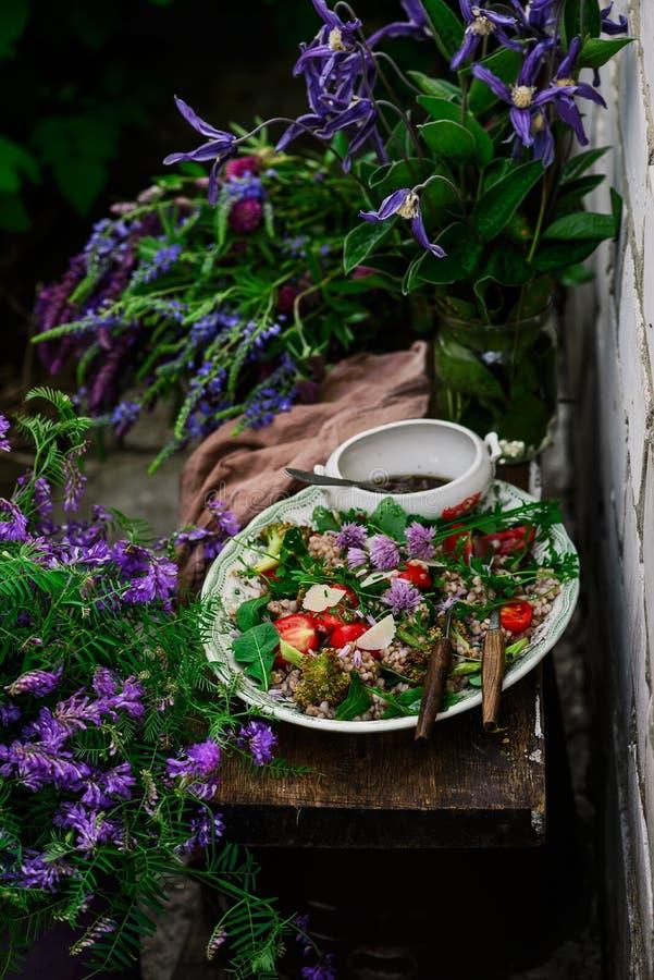 Vegetarisk sallad av gr?n bovete arkivbilder