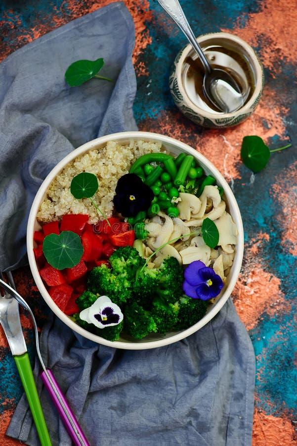 Vegetarisk salladBuddhabunke royaltyfri bild