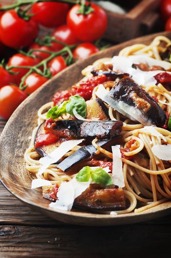 Vegetarisk sund sallad med quinoaen, tomaten och avokadot royaltyfri bild