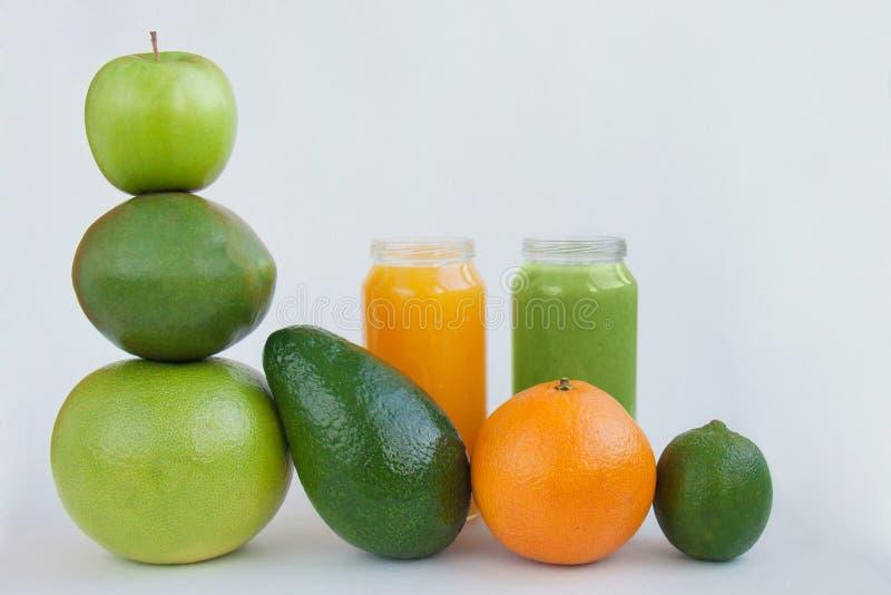 Vegetariska fruktsafter för råkostbegreppssmoothies som fastar för hälso- och viktförlust royaltyfri foto