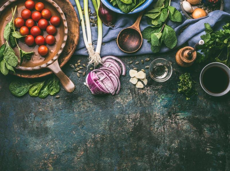 Vegetariska matlagningingredienser med ny smaktillsats på det lantliga köksbordet med skeden, bästa sikt, ställe för text royaltyfri bild