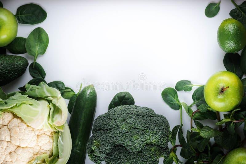 Vegetariska matställeingredienser Grön grönsakvariation Över huvudet plan lekmanna- bästa sikt, kopieringsutrymme royaltyfria foton