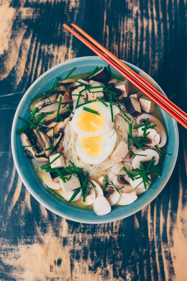 Vegetariska ramen med miso, tofuen och champinjoner royaltyfria foton