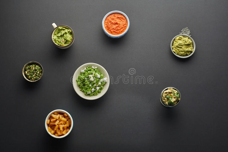 Vegetariska sås-, dopp-, sallad- och ananasstycken royaltyfri foto