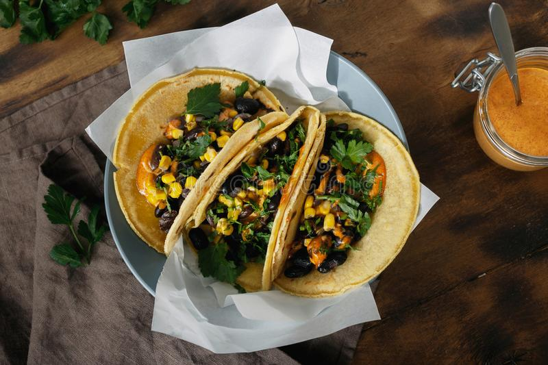 Vegetariska svarta bönor för tacohavretortillor konserverar kryddig sa för peppar royaltyfria foton