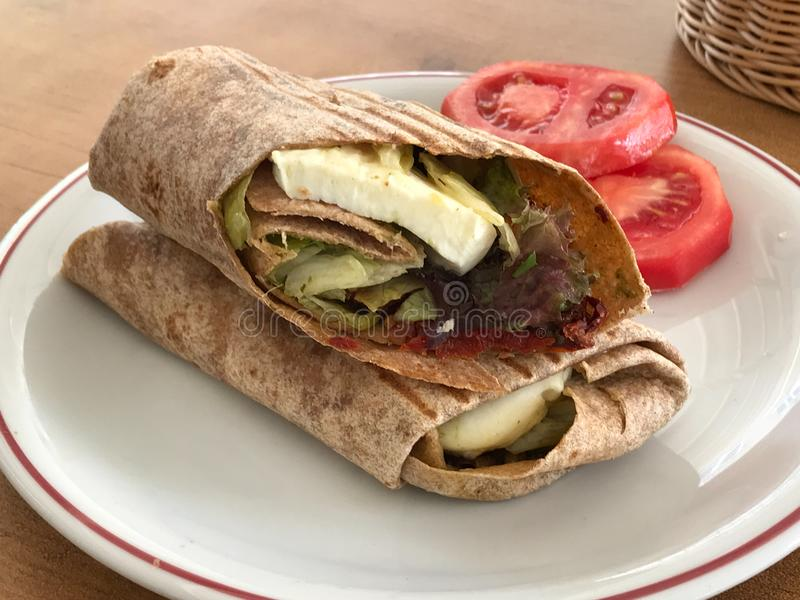 Vegetariska tortillasjalar som gjordes med getost eller feta, tomater, mozzarellaen och nya örter, tjänade som på restaurangen arkivfoto
