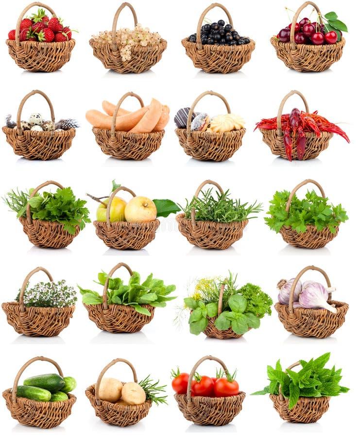 Vegetatie en voedsel in een rieten mand wordt geplaatst die royalty-vrije stock foto