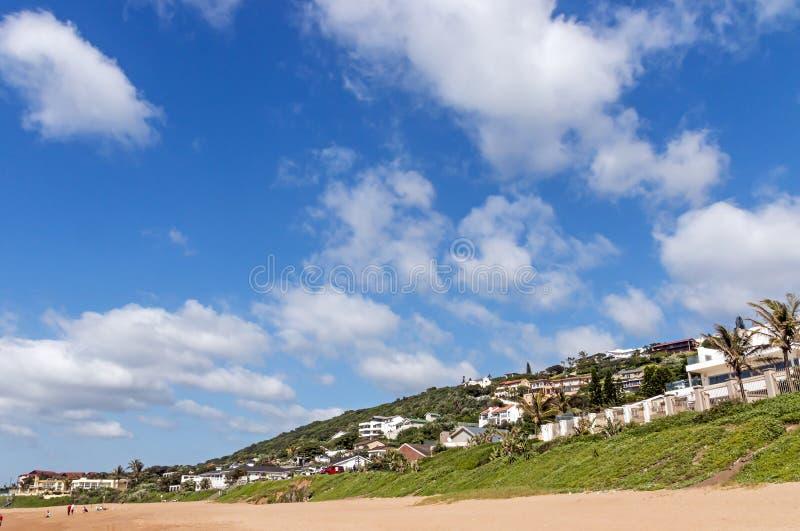 Vegetationand för grön dyn bostads- hus och blå molnig Sk arkivfoto