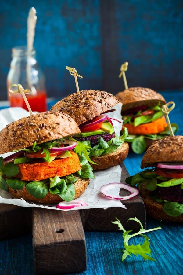 Veggie ćwikłowi i marchwiani hamburgery obrazy royalty free