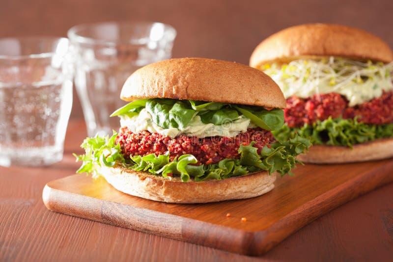 Veggie biet en quinoa hamburger met avocadovulling stock afbeelding