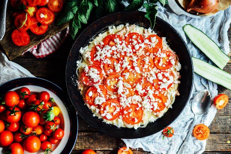 Veggie pizza Pizza met tomaten, sjalot en verse kruiden cher stock afbeelding