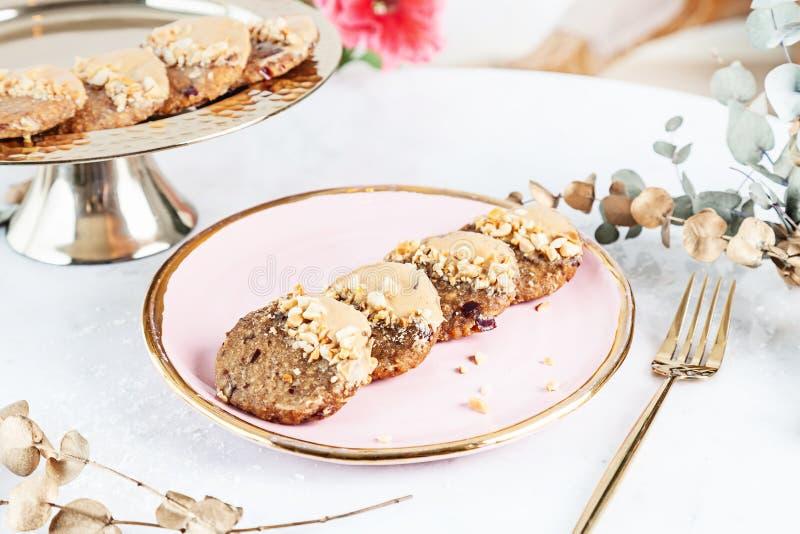 Veggie zdrowy ciastko z marchewką słuzyć na róża talerzu nad biały tło Zamyka w górę horyzontalnej karmowej fotografii Gluten uwa zdjęcia stock