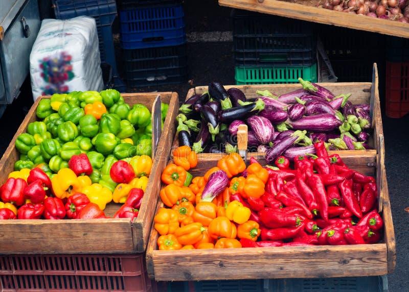 Veggies in den hölzernen Kisten - Veggiemarkt stockfotos