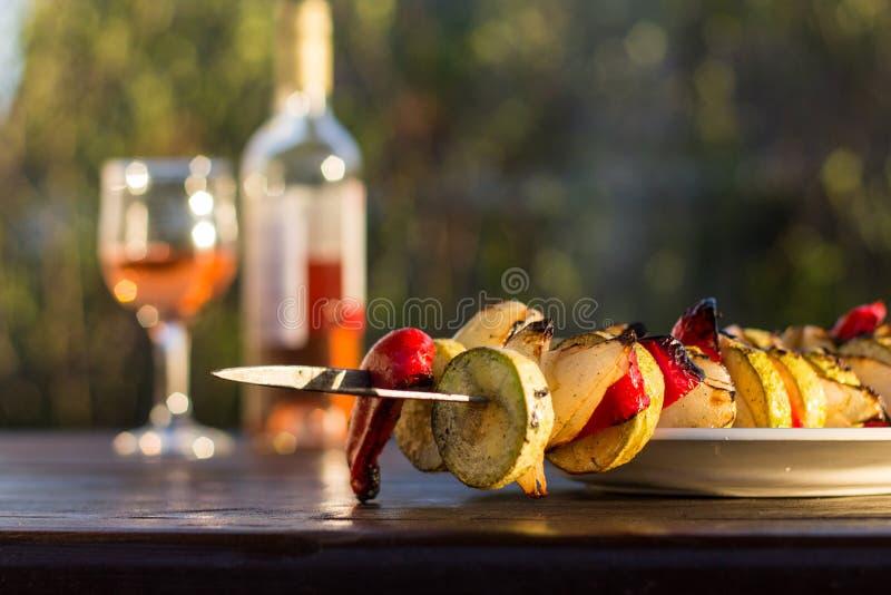 Veggies grillés, chiche-kebab végétal avec la courgette, oignons et bonbon images stock