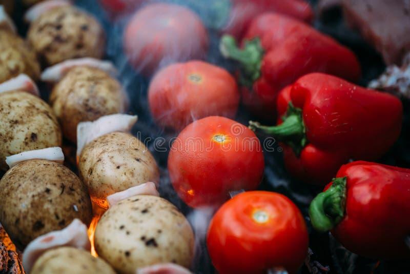 Veggies på grillfesttomater, röd spansk peppar arkivbild