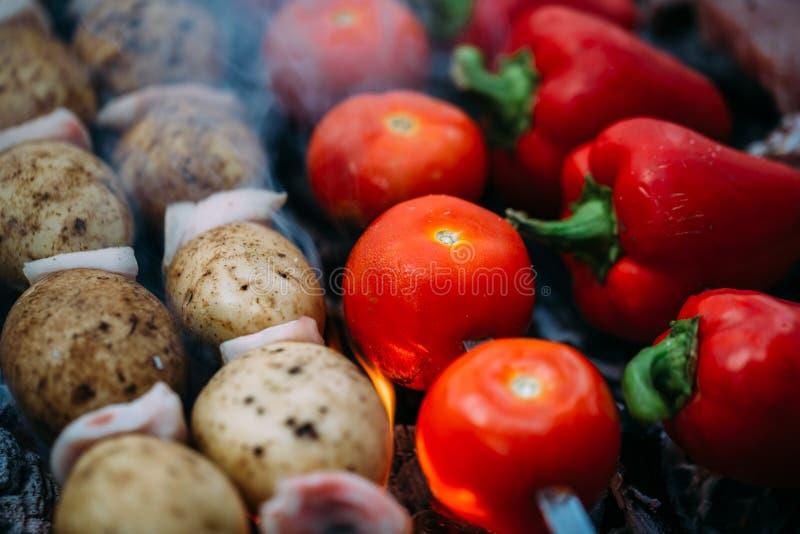 Veggies på grillfesttomater, röd spansk peppar royaltyfria foton