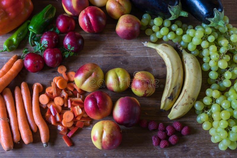 Veggies und Früchte auf einer hölzernen Tabelle stockbilder