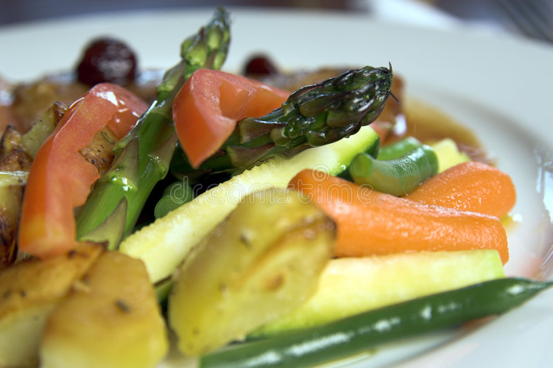 Veggies y patatas asados a la parilla imagen de archivo