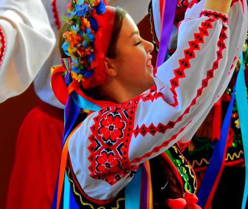 Vegreville, Alberta, Canadá - em julho de 2019: dança ucraniana da menina com paixão foto de stock