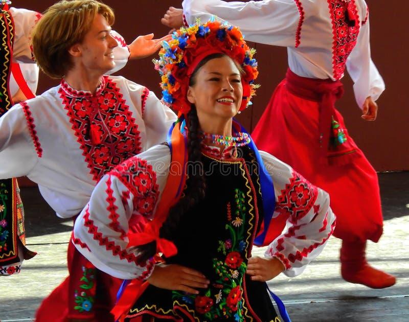 Vegreville, Alberta, Canadá - em julho de 2019: dançarinos ucranianos imagem de stock royalty free