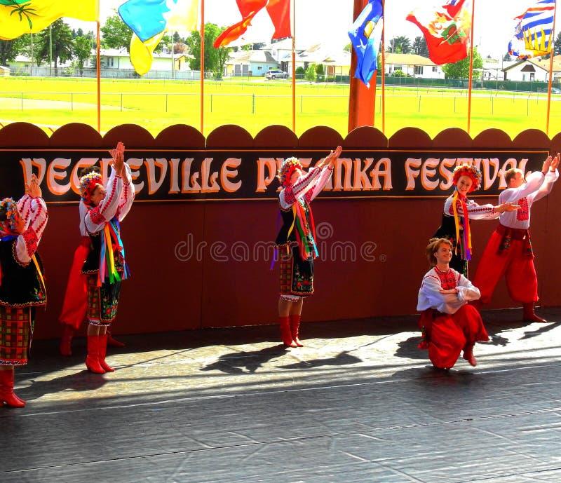 Vegreville, Alberta, Canadá - em julho de 2019: dançarinos ucranianos imagens de stock royalty free