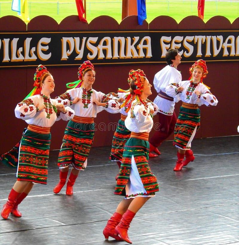 Vegreville, Alberta, Canadá - em julho de 2019: dançarinos ucranianos foto de stock