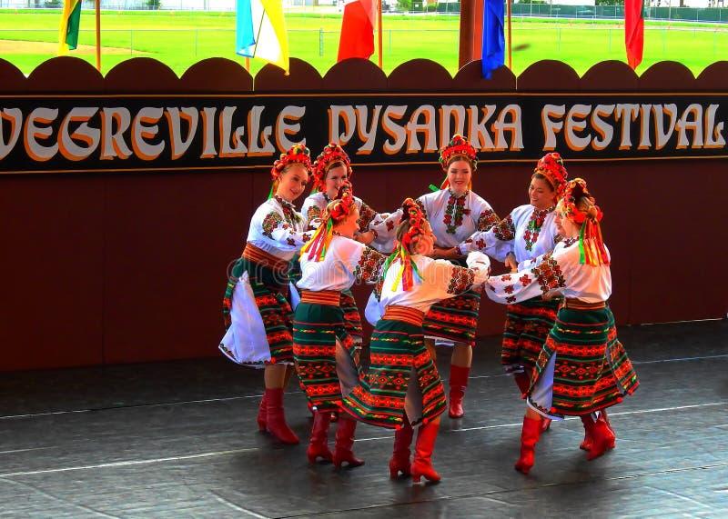 Vegreville, Alberta, Canadá - em julho de 2019: dançarinos ucranianos fotografia de stock royalty free