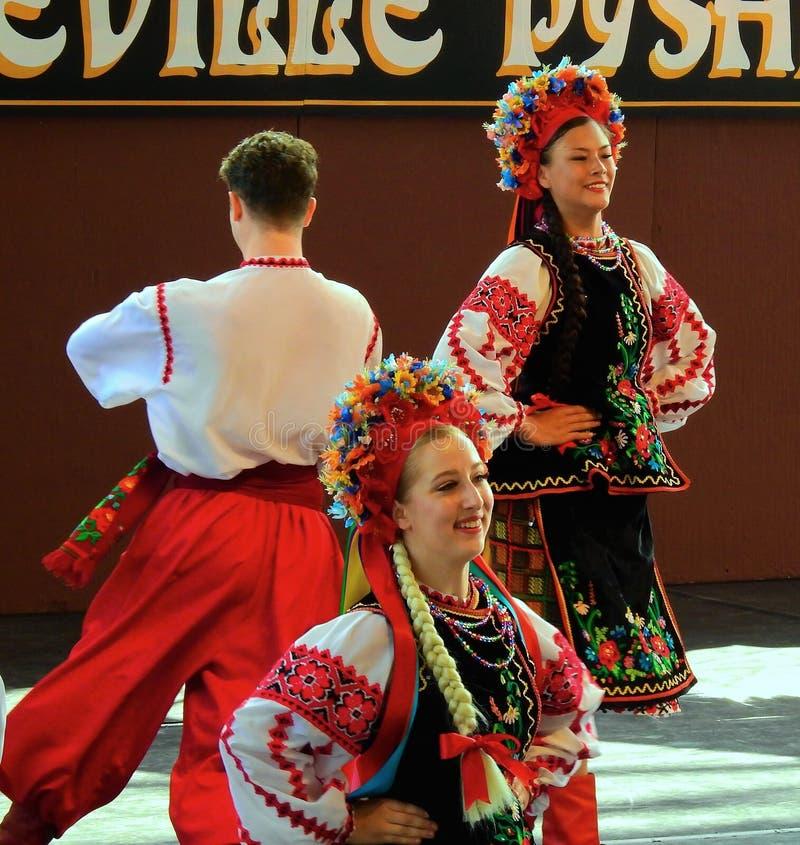 Vegreville, Alberta, Canadá - em julho de 2019: dançarinos ucranianos imagem de stock