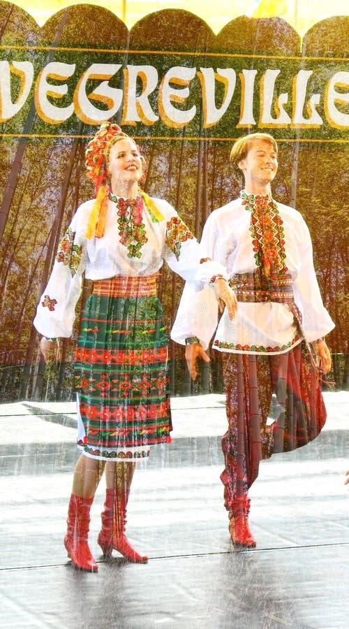 Vegreville, Alberta, Canadá - em julho de 2019: dançarinos ucranianos imagens de stock
