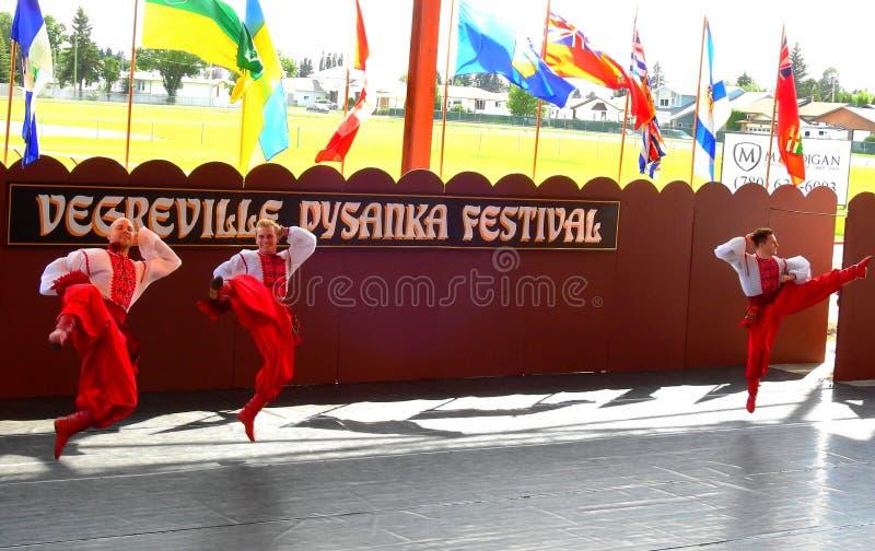 Vegreville, Alberta, Canadá - em julho de 2019: dançarinos ucranianos fotos de stock