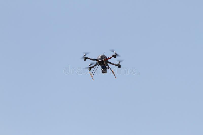 Vehículo aéreo sin tripulación - mosca del abejón en el cielo azul fotos de archivo