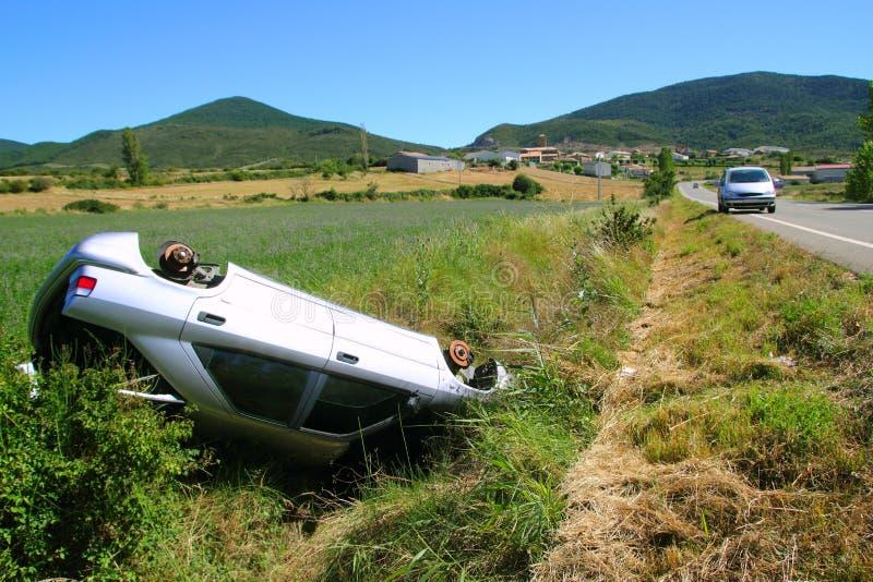 Vehículo al revés del accidente del choque de coche fotografía de archivo