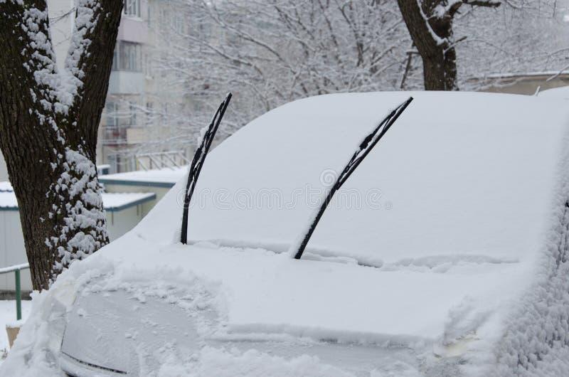 Vehículo cubierto de nieve Los autos estacionados en la nieve no pueden conducir en la carretera Una emergencia ha sido declarada fotografía de archivo
