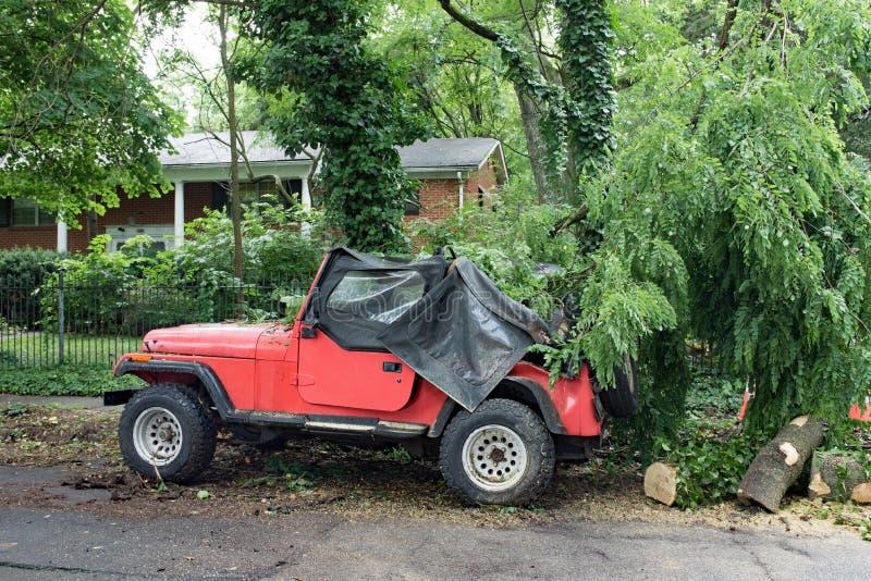Vehículo dañado después de la tormenta severa fotos de archivo