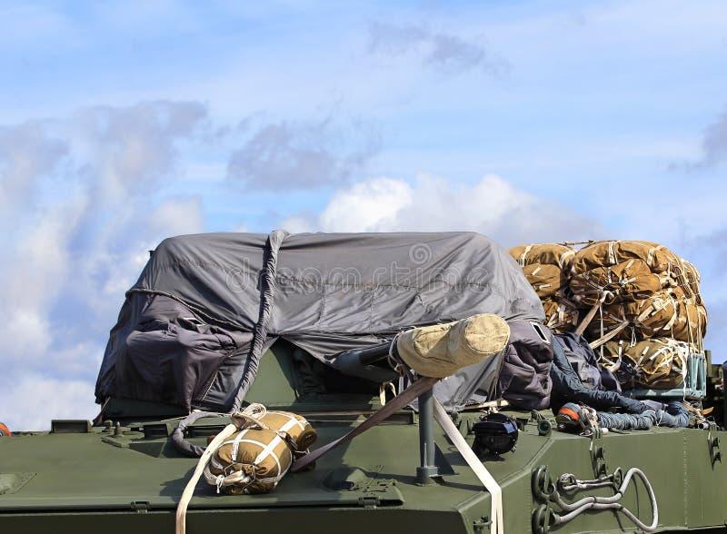 Vehículo de combate aerotransportado con los sistemas del paracaídas de cargo imágenes de archivo libres de regalías