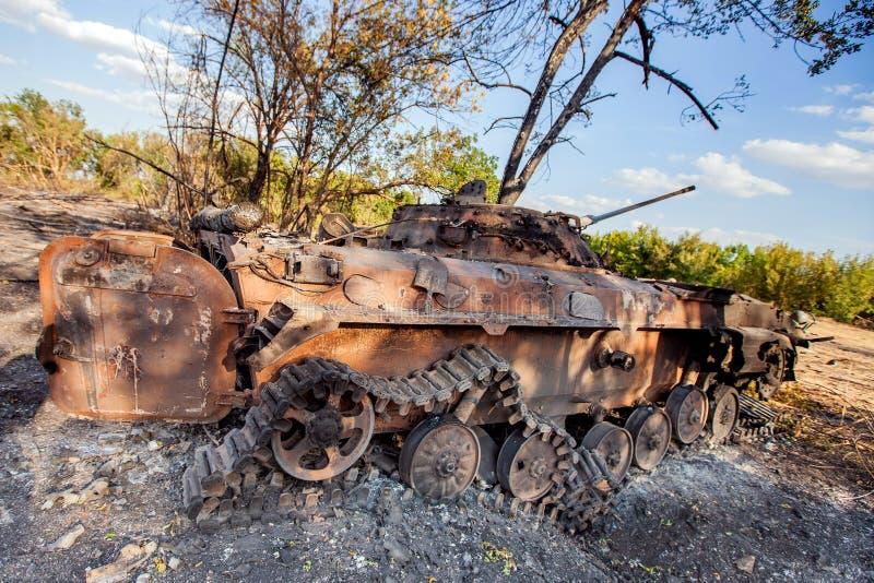 Vehículo de combate destruido de la infantería, consecuencias de las acciones de la guerra, conflicto de Ucrania y de Donbass fotografía de archivo libre de regalías