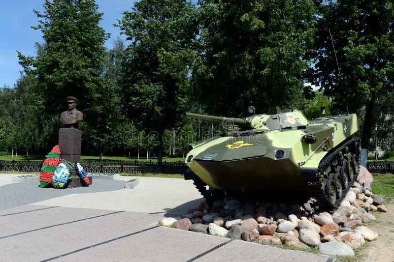 Vehículo de combate que aterriza BMD-1 y un monumento al comandante del general Vasily Margelov del ejército de las tropas aerotr fotos de archivo