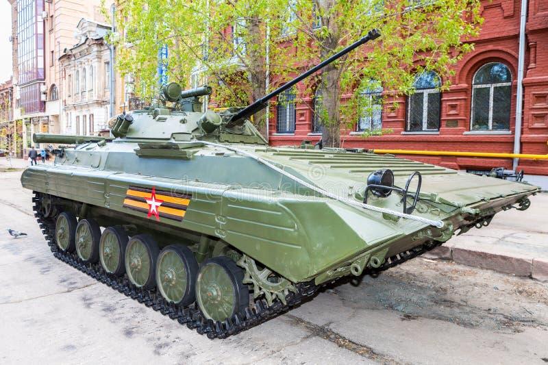 Vehículo de lucha BMP-2 de la infantería rusa durante los para militares foto de archivo