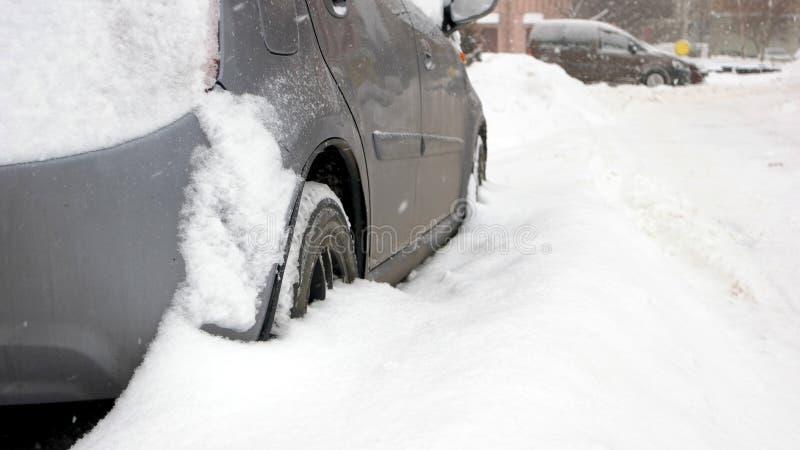 Vehículo de pasajeros pegado en la nieve, vista lateral imagenes de archivo